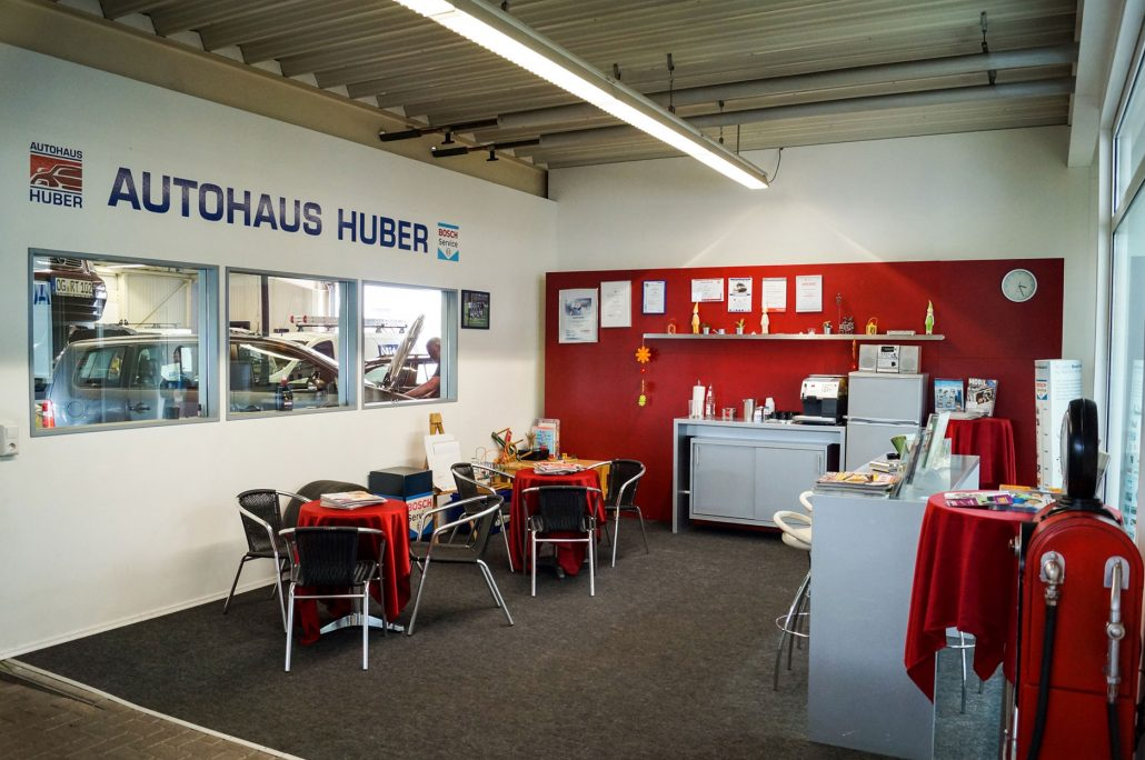 Thekenbereich des Autohaus Huber, Wartezone Kundenbereich mit Kaffee und Getränken