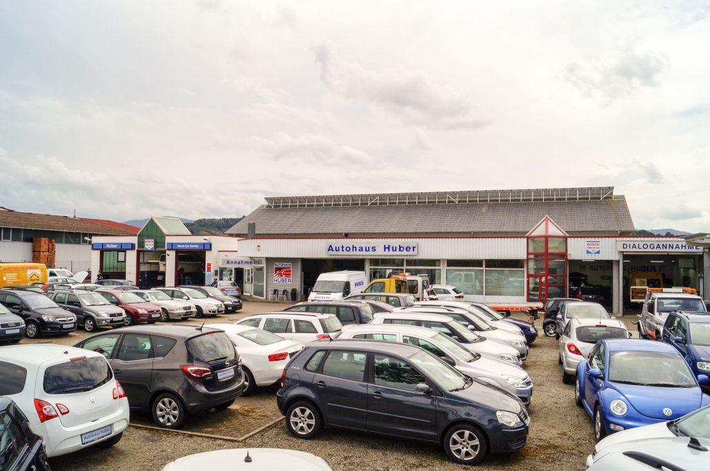 Ansicht auf das Einfahrtstor des Autohauses