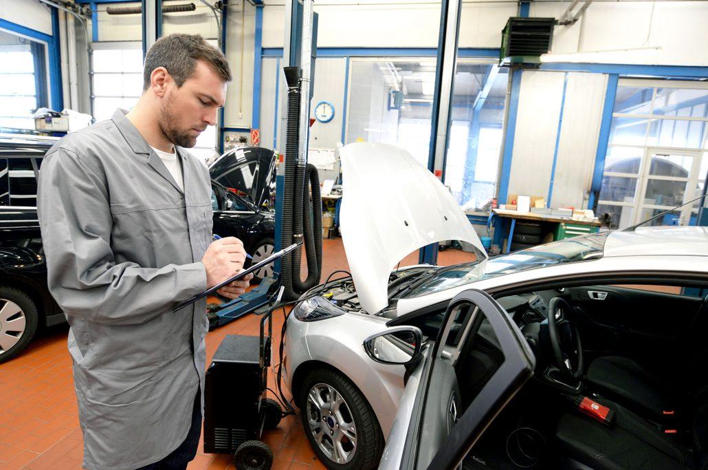 HU und AU Untersuchung in einem Autohaus
