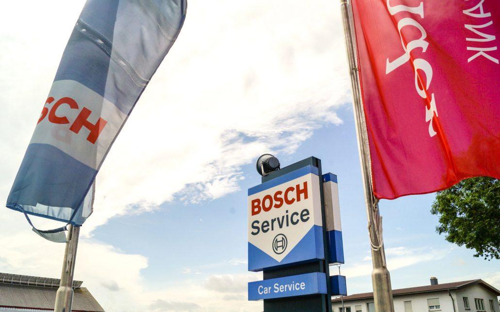 Stele des Bosch Car Service Oberkirch und Flaggen